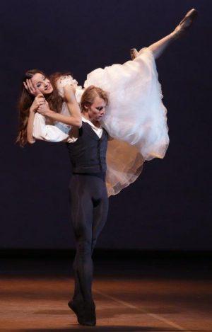 La-Dame-aux-camelias-Nicoletta-Manni-Timofej-Andrijashenko-ph-Brescia-e-Amisano-Teatro-alla-Scala-3-300x469